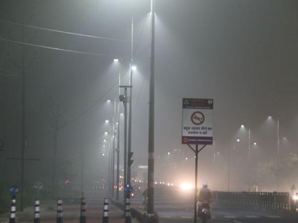 राजधानी भोपाल में बीते चार दिन से कोहरा है। गुरुवार की रात होशंगाबाद रोड पर कोहरा। इसी के कारण सुबह दृश्यता 500 मीटर तक रह गई। - Dainik Bhaskar