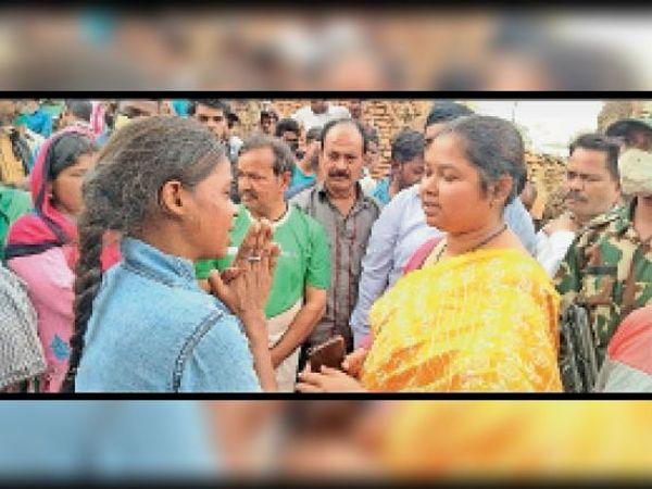 महिला को आश्वासन देतीं सांसद गीता कोड़ा - Dainik Bhaskar