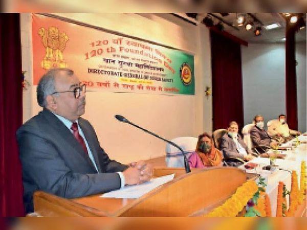 डीजीएमएस के स्थापना दिवस पर संबाेधित करते डॉ पीके सिंह। - Dainik Bhaskar