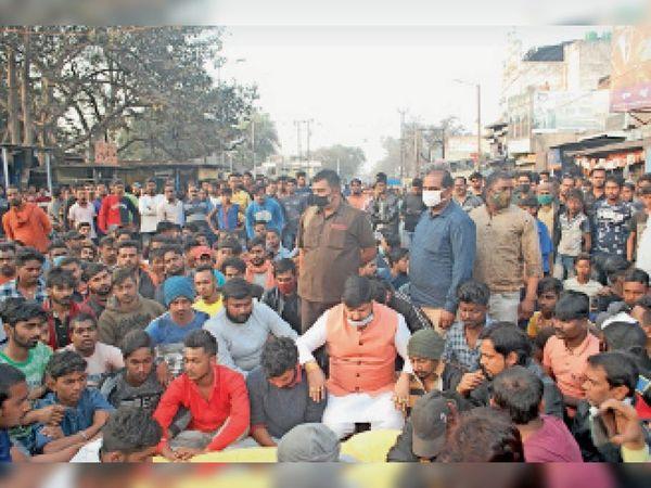 पग्गी सिंह के शव पहुंचने के बाद झरिया-सिंदरी मुख्यमार्ग को लोगों ने जाम कर दिया। - Dainik Bhaskar