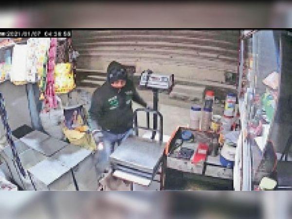मानगो में सीसीटीवी में कैद हुआ आरोपी, मास्क पहन की चोरी। - Dainik Bhaskar