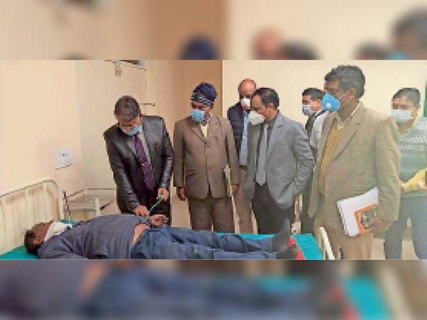 चूरू. डीबी अस्पताल के आपातकालीन भवन में वैक्सीनेशन के ड्राय रन की तैयारियों का जायजा लेते कलेक्टर सांवरमल वर्मा। - Dainik Bhaskar