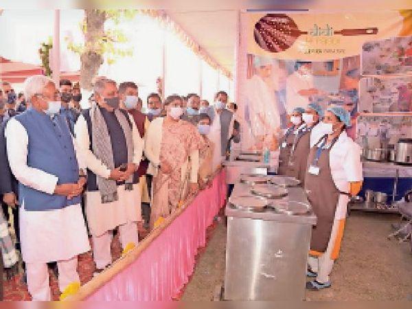धमदाहा के दमगाड़ा में गुरुवार को दीदी की रसोई के बारे में जानकारी लेते नीतीश कुमार। - Dainik Bhaskar