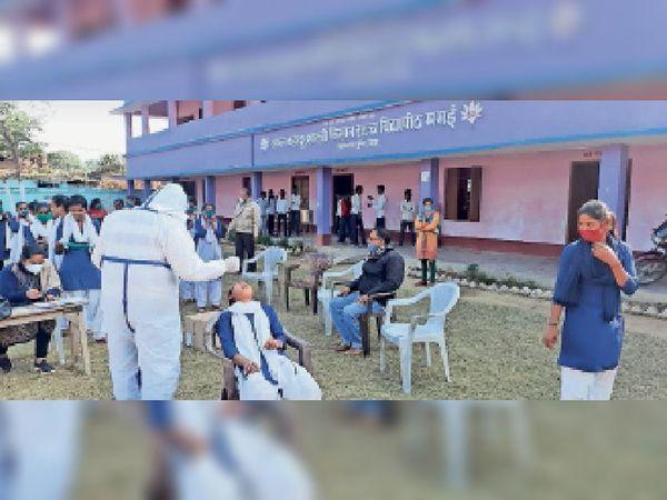 कोरोना जांच :  पीपीई किट पहनकर ममई उच्च विद्यालय में जांच करते चिकित्सक। - Dainik Bhaskar