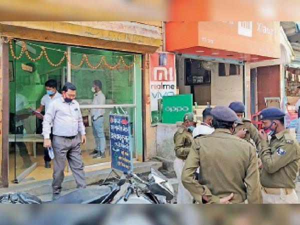 दो दिसंबर को शहर के पैथोलॉजी सेंटरों की जांच करती टीम (फाइल फोटो)। - Dainik Bhaskar