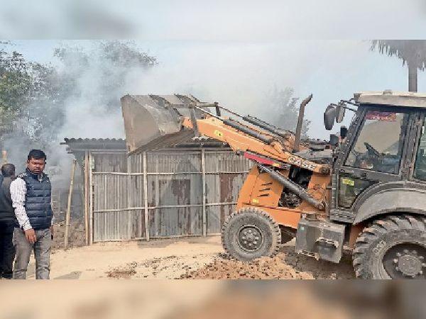 गुरुवार को सरकारी जमीन से अतिक्रमित घर को हटवाते प्रशासन। - Dainik Bhaskar