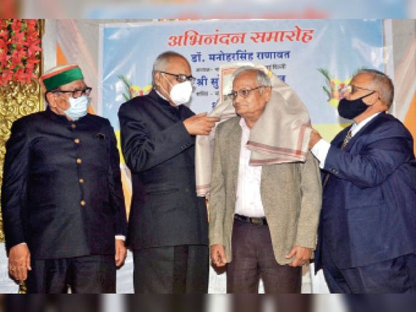 महू. चोपड़ा वाटिका में आयोजित किए गए सम्मान समाराेह में सम्मानित करते हुए अतिथि और उपस्थित गणमान्यजन। - Dainik Bhaskar