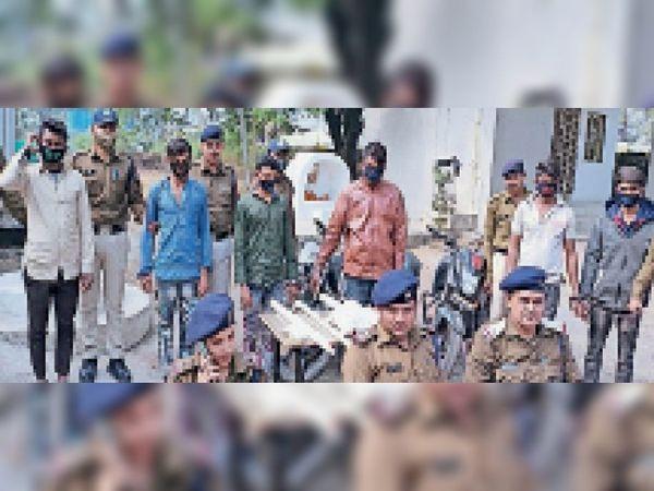 पुलिस गिरफ्त में आराेपी। - Dainik Bhaskar