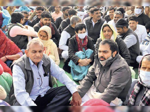 शाहजहांपुर. पड़ाव स्थल पर कांग्रेस कार्यकर्ताओं के साथ बैठीं कुमारी शैलजा। - Dainik Bhaskar