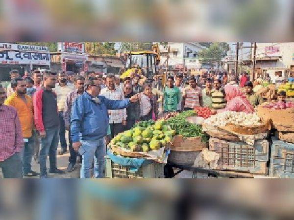 सब्जी मार्केट में अतिक्रमण अभियान चलाते निगम पदाधिकारी। - Dainik Bhaskar