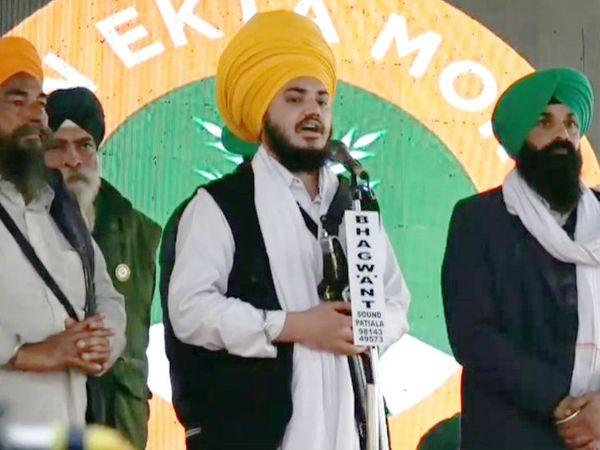 किसान मोर्चा के मंच से भाषण देते हुए सिख यूथ फेडरेशन भिंडरावाला के उपाध्यक्ष रंजीत सिंह।