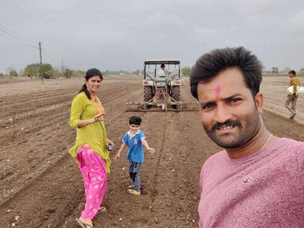 खेत में पत्नी और बच्चे के साथ रामदे। खेतीबाड़ी करते हैं। अधिकतर इससे जुड़े वीडियो ही यूट्यूब पर भी अपलोड करते हैं। - Dainik Bhaskar