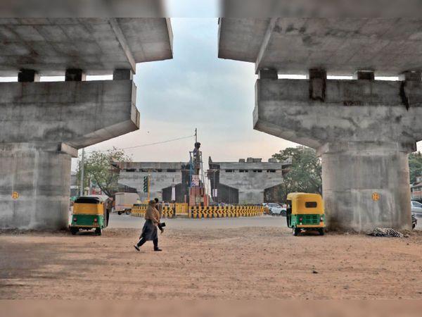 मौजूदा स्थान से 150 फीट दूर गोयल नगर जैन मंदिर के सामने शिफ्ट होगी सिंधिया प्रतिमा। गुरुवार से यहां काम भी शुरू हो गया है। - Dainik Bhaskar