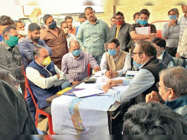 सुपर कॉरिडोर पर आईडीए ने किसानों की समस्याओं का किया निराकरण। - Dainik Bhaskar
