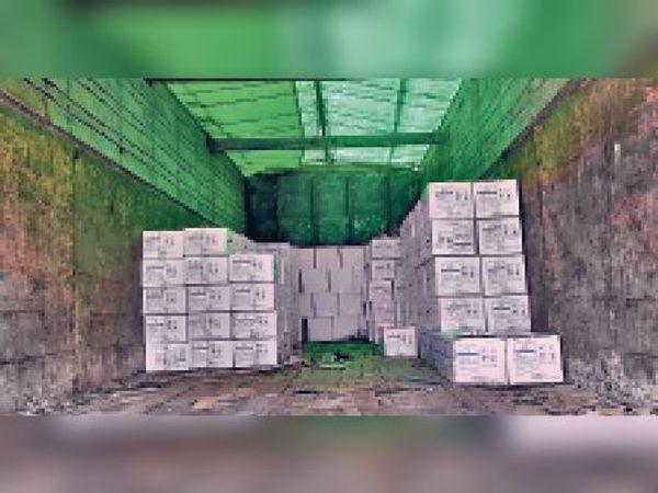 सदर थाना पुलिस द्वारा जब्त की गई विदेशी शराब। - Dainik Bhaskar