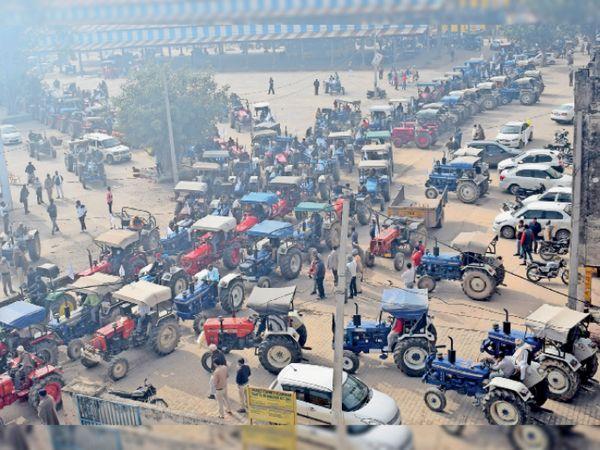 साढौरा| अनाज मंडी में एकत्रित होकर ट्रैक्टरों पर ग्रामीण एरिया में रैली के लिए रवाना होते किसान। - Dainik Bhaskar