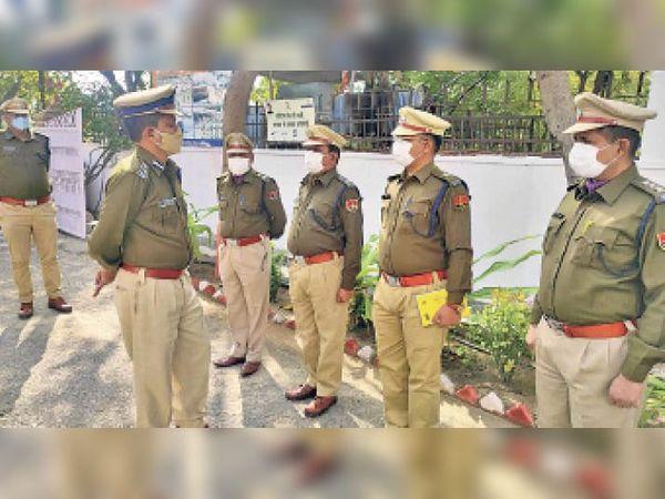 पदभार संभालने के बाद अधिकारियों से मुलाकात करते आईजी सेंगाथिर। - Dainik Bhaskar