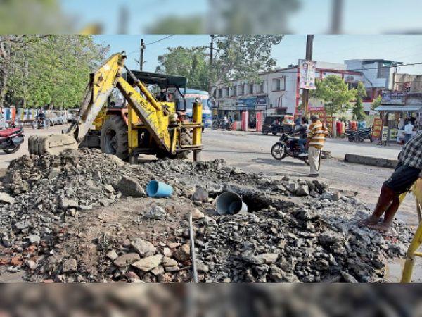 लीकेज की समस्या हल नहीं हो रही है। 10 दिनों में दो से तीन जगह की सड़क खोदी। - Dainik Bhaskar