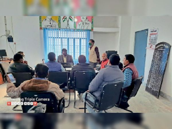 गुरुवार को शाखा प्रबंधकों के साथ बैठक करते बीडीओ। - Dainik Bhaskar