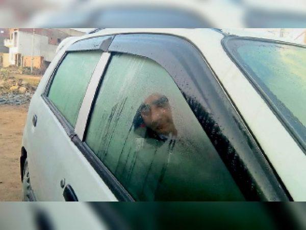 बदनाैर. कार के शीशाें पर गुरुवार सुबह गिरी ओस। - Dainik Bhaskar