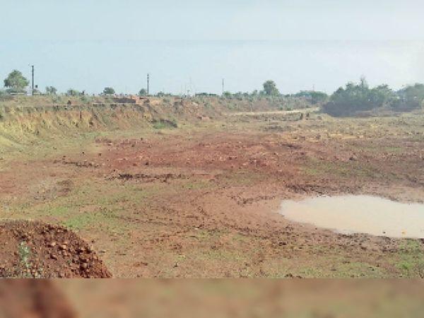 खुरई |  बायपास रोड पर सड़क किनारे अवैध खनन से बनी खाई। - Dainik Bhaskar