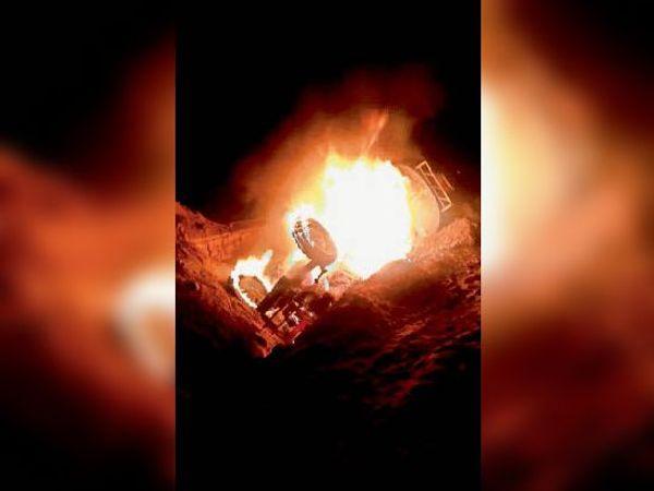गड्ढे में गिरने से ट्रैक्टर की टंकी फूटने से डीजल रिसाव से लगी आग। - Dainik Bhaskar