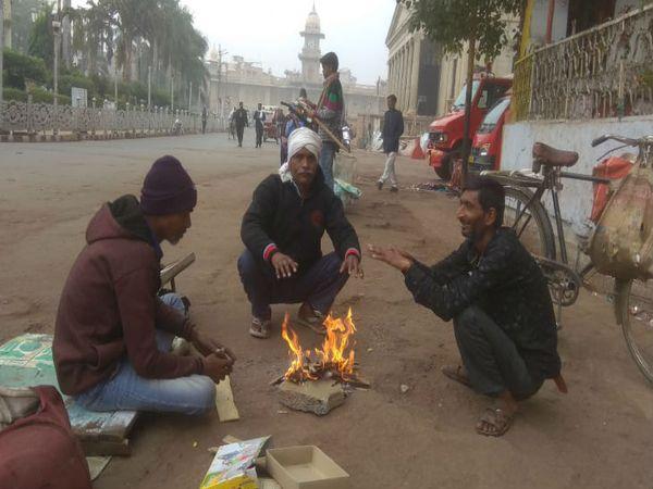 महाराज बाड़ा पर अलाव के सहारे बैठे  लोग, शहर का दिन प्रदेश में तीसरा सबसे ठंडा दिन रहा है। - Dainik Bhaskar