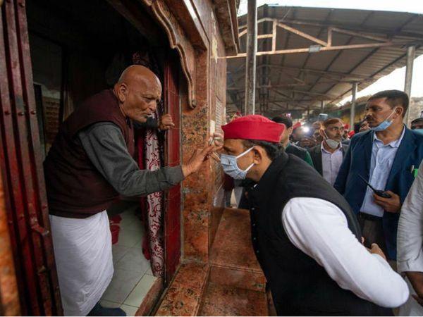 यह फोटो चित्रकूट में भगवान कामतानाथ मंदिर के हैं। अखिलेश यादव ने यहां दर्शन-पूजन किया। - Dainik Bhaskar