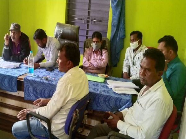 पंचायत भवन में मौजूद जांच टीम के सदस्य और पंचायत के जनप्रतिनिधि। - Dainik Bhaskar