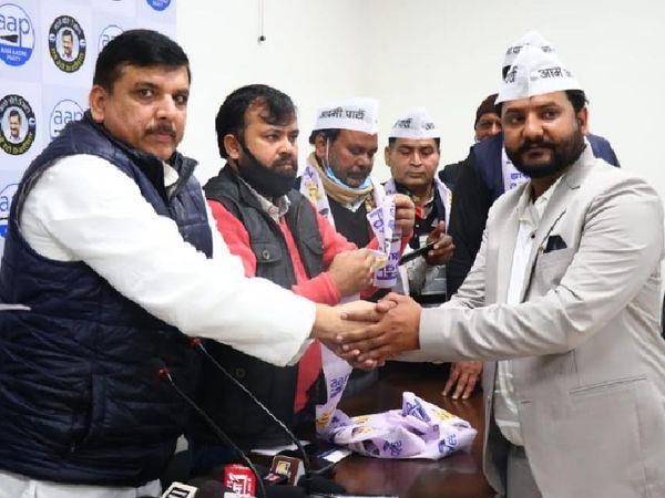 आम आदमी पार्टी के राज्यसभा सांसद एवं उत्तर प्रदेश प्रभारी संजय सिंह ने सभी को 'आप' की टोपी एवं पटका पहनाकर पार्टी में शामिल कराया। - Dainik Bhaskar
