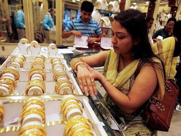 फरवरी में डिलीवर होने वाले सोने की कीमत 1.36 प्रतिशत की गिरावट के साथ 50,214 रुपए प्रति 10 ग्राम हो गई - Dainik Bhaskar