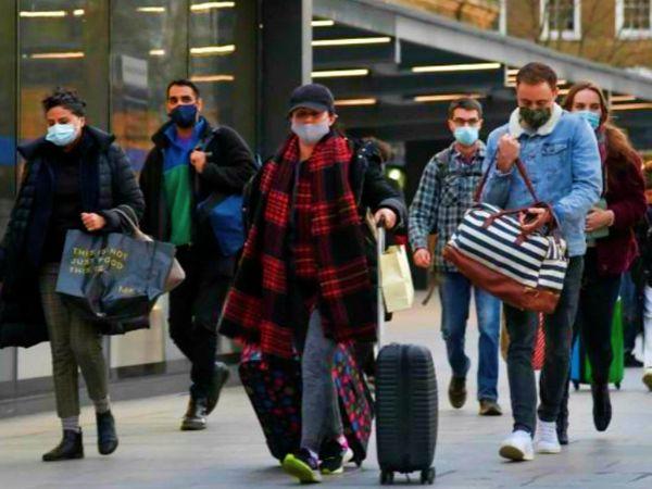 लंदन के हीथ्रो एयरपोर्ट से बाहर आते पैसेंजर्स। ब्रिटेन सरकार ने गुरुवार को जारी आदेश में कहा है कि देश में आने वाले यात्रियों को अब तभी मंजूरी मिलेगी, जब वे 72 घंटे पहले की कोरोना निगेटिव रिपोर्ट सबमिट करेंगे। (फाइल)