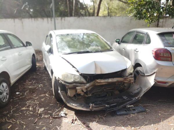 पुलिस ने कार को कब्जे में ले लिया है । - Dainik Bhaskar