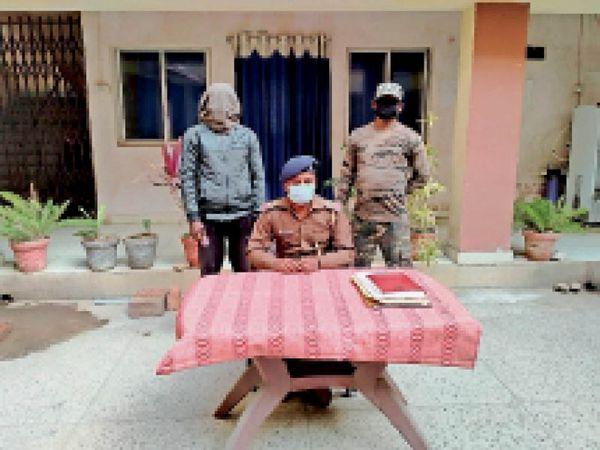गिरफ्तारी की जानकारी देते पुलिस पदाधिकारी। - Dainik Bhaskar