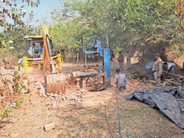 तांतरी गांव में जब्त आरा मशीन व लकड़ी। - Dainik Bhaskar