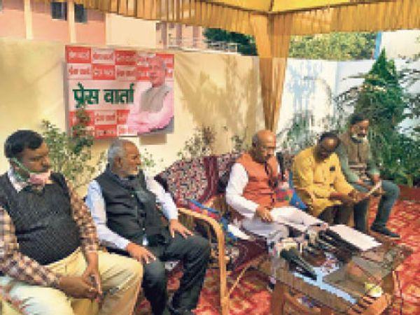 बिष्टुपुर आवास पर बैठक करते विधायक सरयू राय। - Dainik Bhaskar