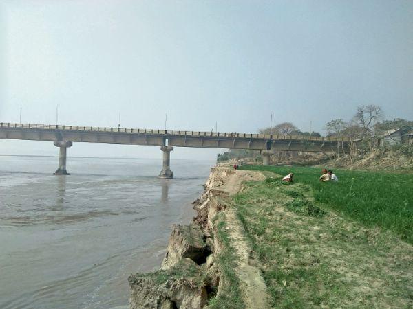 रोजाना हो रहे कटाव से बीपी मंडल सेतु के कई पाए के चारों तरफ से मिट्टी बह गया, कम पानी होने से कटाव और तेज हाे गया है जिससे आवाजाही पर खतरा हो गया है। - Dainik Bhaskar