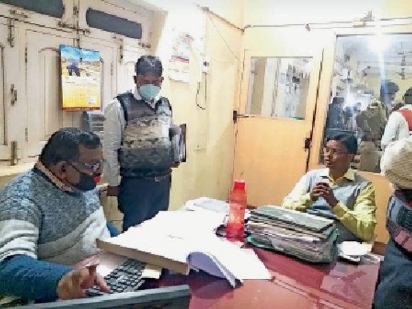 पंजाब नेशनल बैंक के शाखा प्रबंधक से बात करते डीएम कौशल कुमार। - Dainik Bhaskar