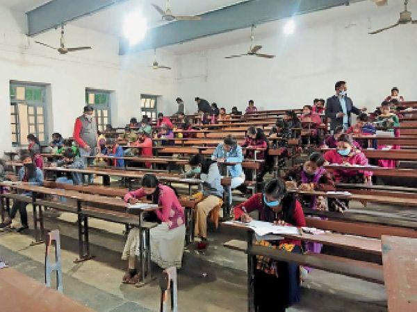 डीजे काॅलेज परीक्षा केन्द्र पर दूसरी पाली में परीक्षा देते परीक्षार्थी। - Dainik Bhaskar