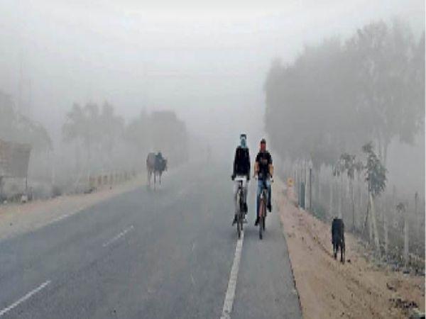 गुरुवार की सुबह 7.30 बजे कोहरे के बीच मेला परिसर के निकट से निकलते लोग। - Dainik Bhaskar