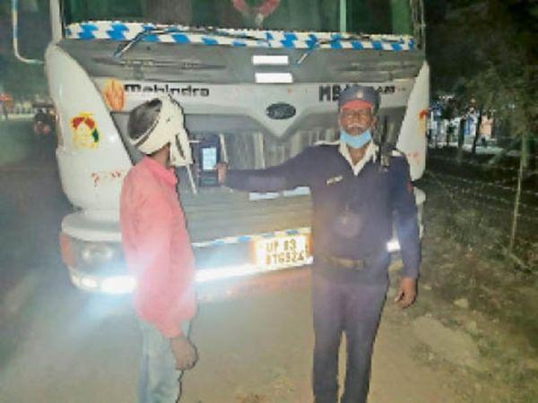डंपर ड्राइवर के मुंह में ब्रीथ एनालाइजर लगाकर चेक करती पुलिस । - Dainik Bhaskar