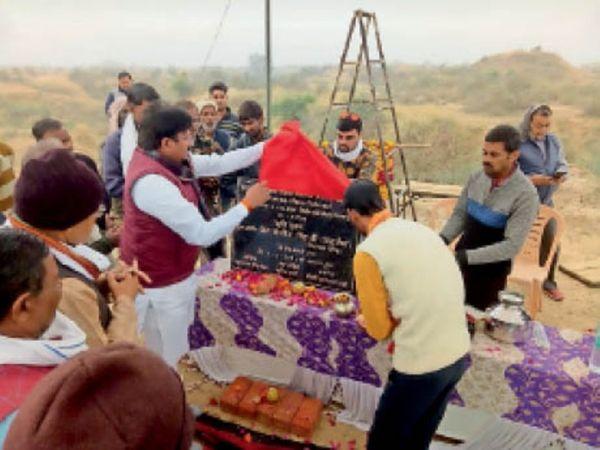 गोशाला के लिए भूमि पूजन करते हुए विधायक संजीव सिंह । - Dainik Bhaskar