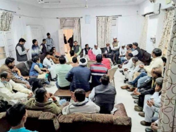 कांग्रेस सेवादल की बैठक में मौजूद पदाधिकारी । - Dainik Bhaskar