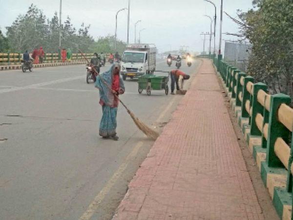 सफाई की तस्वीर:  एक सप्ताह लगी झाडू, घरों से भी लिया गया कचरा - Dainik Bhaskar