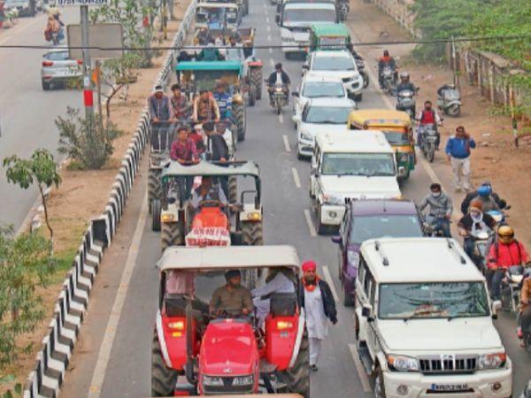 गुरुवार को किसानों के ट्रैक्टर मार्च का नजारा। स्थान: गोला का मंदिर रोड, दोपहर 2 बजे। - Dainik Bhaskar