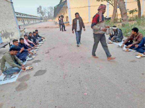 भरतपुर. एफसीआई गाेदाम में अन्नकूट प्रसादी ग्रहण करते लोग। - Dainik Bhaskar