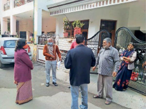 सेक्टर -15 में घर-घर जाकर लिस्ट चेक करती अतिरिक्त मुख्य चुनाव आयुक्त। - Dainik Bhaskar
