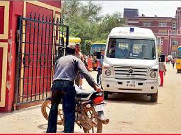 गुड़गांव के भोंडसी स्थित एक प्राइवेट स्कूल के गेट की फाइल फोटो, जहां साढ़े 3 साल पहले 7 साल के बच्चे का गला रेतकर कत्ल किया गया था। - Dainik Bhaskar