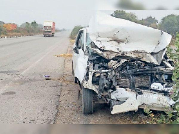मानपुरा माचेड़ी | एक्सप्रेस हाइवे पर बिलोंची के सुविधा सेंटर के पास गुरुवार रात ट्रेलर से टकराने के बाद क्षतिग्रस्त कार। - Dainik Bhaskar