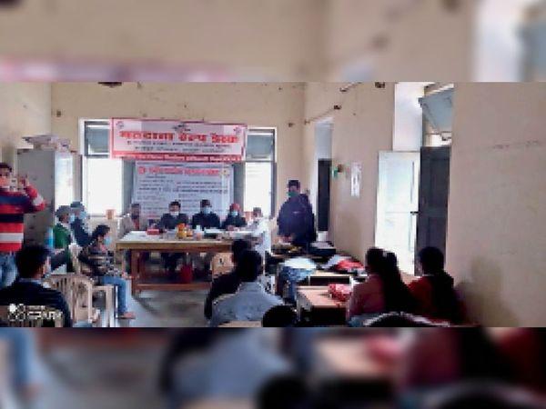 कॉलेज में छात्राें काे जानकारी देते हुए डाॅक्टर। - Dainik Bhaskar